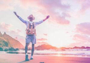 איש מרים ידיים על חוף הים
